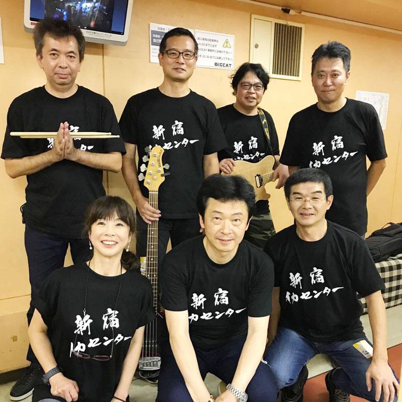 大学時代の仲間が新宿のお店に集合し、結成されたロックバンドのライブ用Tシャツです。