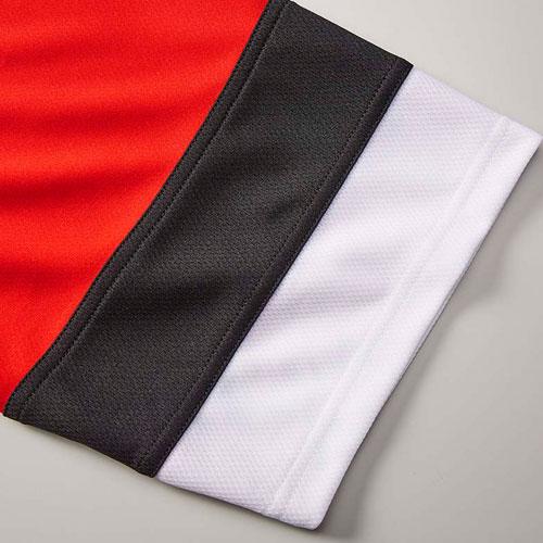 袖口配色はメッシュ面を表面に使用