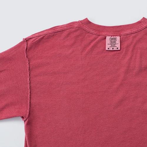 襟ぐりから左右肩の補強とともに、肌への負担軽減にもなる伸び止めテープを使用